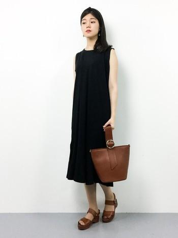 ほどよいマーメードラインが美しいブラックワンピースに、ブラウンカラーのレザーバッグとサンダルでアクセントを作ったコーデ。上質な革が醸し出す上品さは、シンプルな装い一層洗練された印象に見せてくれます。