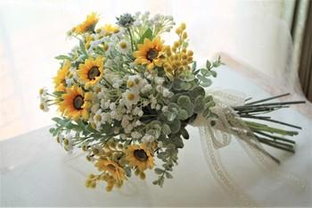 ヒマワリの花言葉は「あなただけを見つめる」「愛慕」「崇拝」。堂々とした姿に対して、けなげな花言葉が並びます。これは、ヒマワリが咲くとき太陽に沿って動くことが由来になっているとか。 明るく元気なイメージのヒマワリにこんなひたむきな言葉が隠されているなんて、なんだかロマンチックですね。