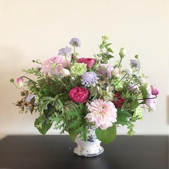 ダリアにはいろいろな咲き方があります。まん丸いフォルムが可愛いボール咲き、とがった花びらがスタイリッシュなオーキッド咲き等、なりたいイメージに合わせて選べるのが魅力。ピンポンマムや芍薬にそっくりなものもあるので、季節はずれの花を使いたい時の強い味方にも。