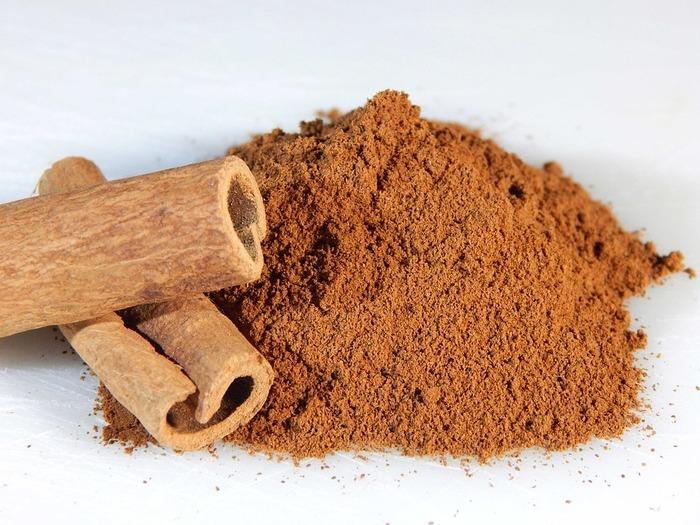 シナモンは、ニッケイ属の複数の樹木の樹皮から作る香辛料で、スパイスの王様とも呼ばれます。世界で最も古いスパイスともいわれ、旧約聖書の中にも記述があります。また、生薬として使われるときは「桂皮(ケイヒ)」と呼ばれるそう。