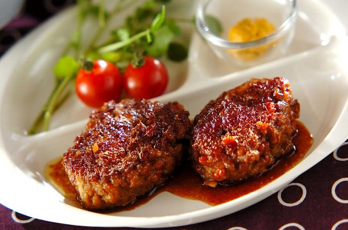 お肉とも相性も良いんです。お湯で粘り気を抑えてから練り合わているので、納豆が苦手な方でも食べやすくなっています。 納豆でかさ増しもしているので、普通のハンバーグよりもヘルシーに仕上がります◎