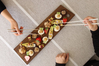 複数でテーブルを囲んでいる際、取り箸がなかったあなたならどうする?そのまま直箸で取るか、箸を逆さにして持ち手側で取るか。 マナーとしては、まず取り箸がないか確認し、できたらお願いしましょう。ない場合は、周囲の人の了解を得たうえで、直箸で食べます。