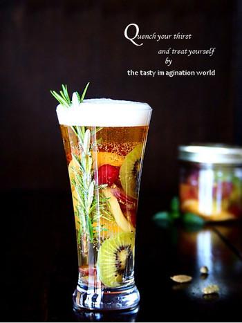 ビールとジンジャーエールのカクテル「シャンディガフ」を甘く漬け込んだフルーツでアレンジしたおしゃれな一杯。 彩りの良いフルーツを選べば、ホームパーティーや女子会にもぴったりの華やかさ。飲みづらいビールも美味しく変身しそうですね。