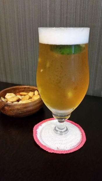 すだちを加えただけのシンプルなビアカクテル。すだちやライム等、甘みのない柑橘がビールの苦味とよく合います。柑橘とビールの組み合わせで風味が変わるので、自分の好みの一杯を見つけてみるのも楽しそうですね!