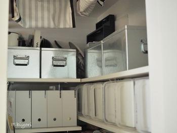 「トタンボックス・大」は、たっぷり収納できる大容量が魅力。たくさん物をしまいたいパントリーやクローゼットの収納にピッタリなんです。同じボックスを並べることで、見た目もこんなにすっきりします。