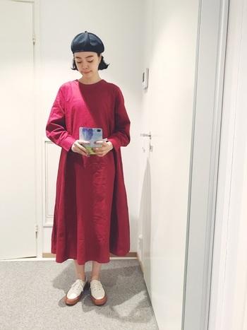 秋の無地ワンピーススタイルは、こっくりカラーですっきりと着こなしてみてはいかがでしょうか♪シンプルな赤い長袖ワンピースを黒いベレー帽でモダンにコーデ。ソールが厚めのスニーカーはぽってりとした存在感があり、ふんわりシルエットのワンピースとバランスよくまとまります。