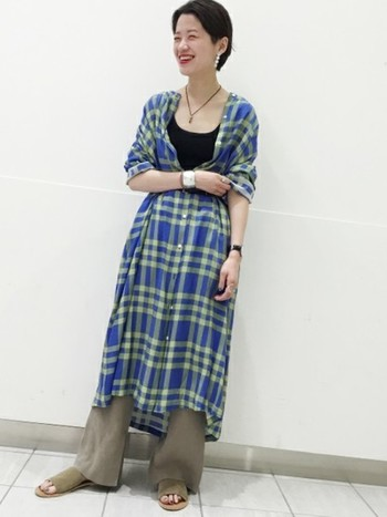 ブルー×グリーンの爽やかなマドラスチェック柄のシャツワンピースは、シックなカラーのパンツやインナーで、落ち着いたムードで秋をほんのり香らせて。