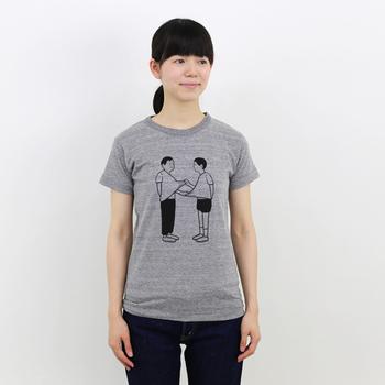 またまたNoritakeさんのイラストTシャツ。「えっ!?何してんの?」と突っ込みたくなる素朴な男子2人。いやいや、そんな問いかけ自体が野暮なのかも...。独特の世界観に、気づけば引き込まれてしまいそうです。
