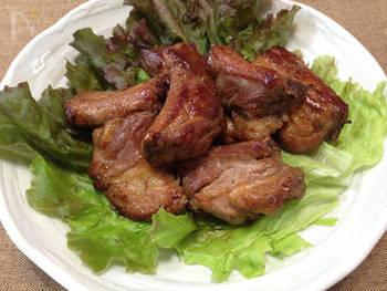豚肉料理によく合う八角は、スペアリブにも!しょうゆとはちみつの甘辛いタレに八角を入れ、お肉を漬け込みます。あとは焼くだけなので簡単!手軽に中華パーティーなどいかが?