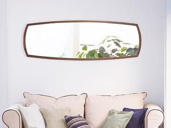 オススメは、窓から差し込む光や植物などが写り込む角度に設置すること。室内が明るく見えて、もう一つ窓が増えたような錯覚に陥ります。