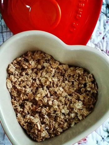 オートミールに米粉をまぶすことで、はちみつやシロップがより絡みやすくなります。好みに合わせてナッツ類やフルーツをプラスして、自分好みにカスタマイズしても◎