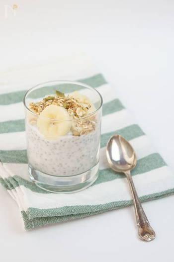 グラノーラとバナナ、チアシードと食感の異なる食材を使った一品。チアシードは、じっくり水分を吸わせることでプルプル食感ととろみが出てきます。 前日の晩から作っておけば朝食として楽しめます。