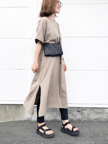 スリット入りの、ゆったり着られるベージュのTシャツワンピース。黒のタイツやレギンスを合わせて、シンプルに着こなすカジュアルスタイルがおすすめです。ワイド×タイトのバランス感を意識すると、家着感が強くなりすぎませんよ♪