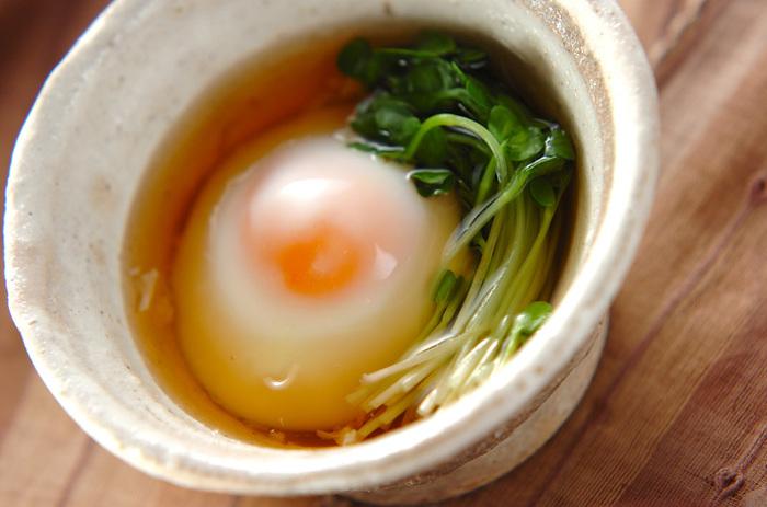 温泉卵は電子レンジを使って作ることもできます。お水を張った容器に卵を割り入れて、レンジで加熱するだけという簡単さも嬉しいですね。ご家庭の電子レンジの熱の伝わり方によって加熱する時間が変わるので、最初は短めにかけて、様子をみながら10秒ずつ加熱延長してみるといいですね。