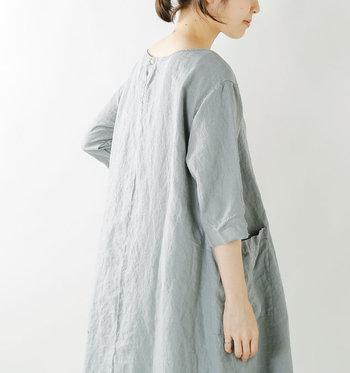 """ときおり吹く風に秋の気配を感じはじめたら、お洋服もそろろ衣替え。定番のワンピースも、""""袖長め""""にチェンジしましょう。"""