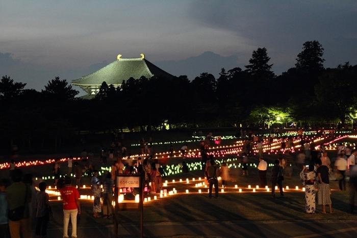 奈良公園周辺、平城宮跡、薬師寺など世界遺産の歴史建造物をライトアップする夏の恒例イベント、「ライトアッププロムナード・なら」が2018年も開催されます。期間は7月14日(土)~9月30日(日)まで、点灯時間は19時~22時まで(9月は18時~22時まで)ですので、仕事帰りの夜散歩にもぴったり。約2万個のろうそくが灯る「なら燈花会」も期間中に開催されます。幻想的な古都の夜をぜひお楽しみ下さい。