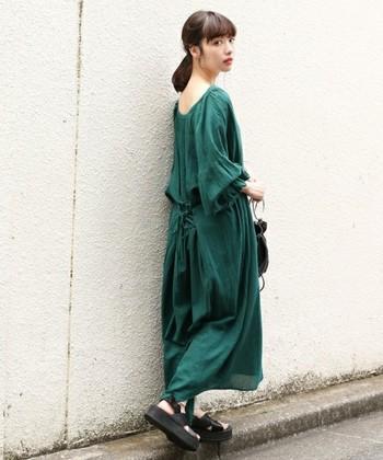 シックなグリーン色のロングワンピーススタイル。ボリューム袖とたっぷりギャザーが織りなすたわみが、初秋の物憂げな気分にマッチします。黒の小物で程よく引き締めて。