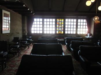 2階では、色鮮やかなステンドグラスに照らされ、昭和レトロな世界にタイムスリップしたかのような気分を味わえます。日常を忘れて優雅なクラシックタイムを満喫できますよ。