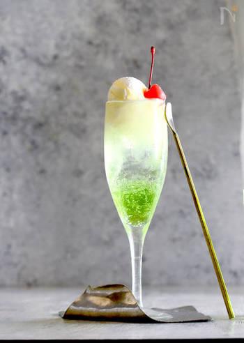 昭和の甘味と言えばクリームソーダ。子どもの頃に大好きだった飲み物が大人っぽくオシャレに変身♪ 添えられたチェリーが昭和っぽい可愛らしさを演出します。背の高いグラスが作るのがポイント。