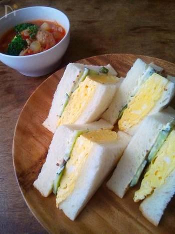 卵サンドと言えば、マヨネーズで和えたゆで卵をはさんだものが一般的ですよね。でも、関西では分厚い厚焼き玉子を挟んだものも「卵サンド」と呼ぶんです。 ふっくら分厚く焼き上げた卵は、食べごたえ抜群です。パンをトーストしてから挟んでも美味しいですよ!