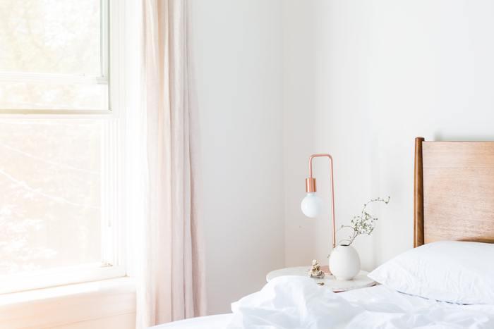 休日の朝は窓を開けて空気の入れ替えをしましょう。いつもはそのまま朝の支度をはじめるけれど、たまには自分のお部屋から季節や何気ない生活の音を感じてみるのもいいですね。