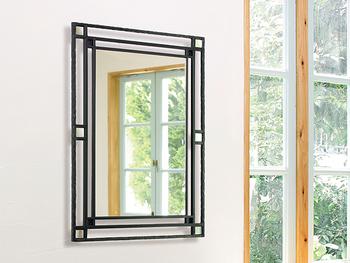 また、本物の窓と並べて配置するのも効果的です。フレームのデザイン性が高いほど存在感もUP。小窓を設けるような感覚で選んでみましょう。