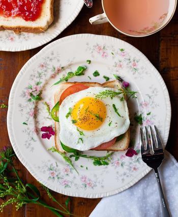 平日はトーストにジャムを塗るだけという方も、休日にはハムや目玉焼きをのせて彩りを添えて見るだけで気分が変わるのでおすすめです。