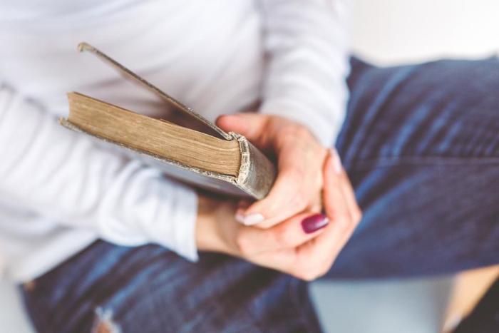 本を買ってもお部屋の片隅に積んだままで読んでない・・・なんて事ありませんか?過去に買った本は、自分にとっては新しい本に出会うよりも価値のある1ページに出会えるかもしれません。少し疲れている時だからこそ、ゆったり積読本を読みながら今の自分の心が何を感じているのか客観視するのがおすすめです。