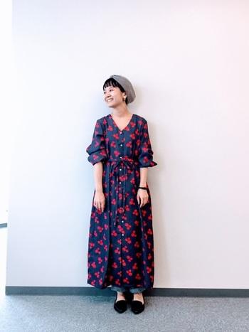 赤×ネイビーのコントラストが目をひくロングワンピースは、ボリュームシルエットの足元からデニムパンツをちらりと覗かせて。袖をロールアップしてふんわり感で女性らしさをプラスしています。