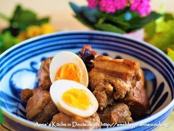 八角は独特な強い香りを持ち、肉の臭みなどを消す働きがあることから、豚の角煮や北京ダック、魯肉飯(ルーローハン)、鶏肉料理などによく使われます。また、コンポートや杏仁豆腐などデザートにも。八角を使うことで、一気に本格的な味わいに!くせがあるので、控えめに使いましょう。