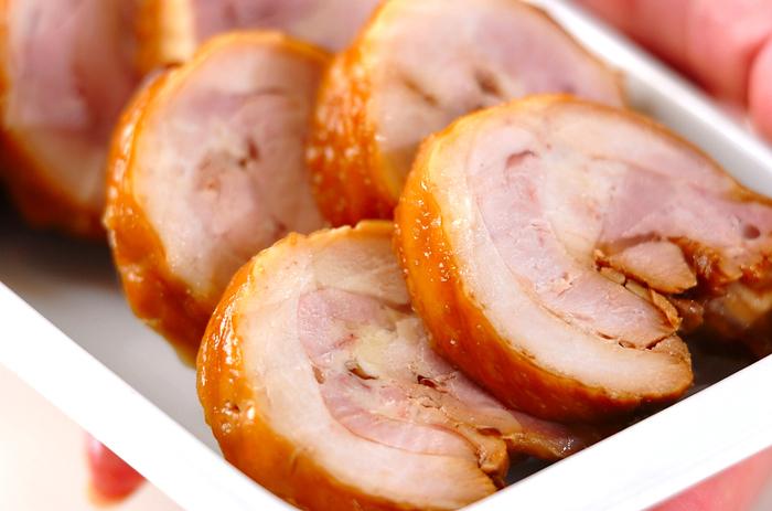 八角の香りと風味がきいた中華風ゆで鶏。ロールにしてタコ糸でしばった鶏肉をゆでて、タレに漬け込むだけですから、手順は簡単!中華ディナーの豪華なメインディッシュになりますね。