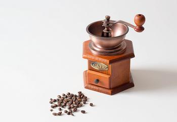 コーヒーを水で抽出することで、カフェインや苦味のもとになるタンニンという成分が溶け出しにくい傾向があります。 水出しコーヒーの場合は、苦味の強い深煎りの豆が美味しく飲めると言われています。 目安として、フレンチローストや、イタリアンローストと呼ばれるまで煎った豆です。  逆に、水出しの場合、浅煎りの豆、中焙煎の豆は、酸味が強くなり過ぎてしまう傾向があります。