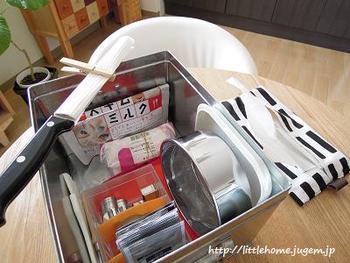 「トタンボックス・小」は、このようにキッチン小物の収納に丁度いいサイズ感。パンやお菓子作りの道具をひとまとめにするのもいいですね。