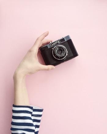 「インスタグラムやブログにアップする写真をもっとお洒落にしたい!」「写真をもっと上手に撮れるようになりたい!」というあなたは、写真教室に通ってみてはいかがでしょうか?写真教室にもいろいろあるので、スマホでセンスの良い写真を撮りたい、一眼レフを使いこなせるようになりたい、フィルムカメラで実際に現像もしてみたいなど、どんな写真を撮りたいかあらかじめ決めておくと良いでしょう。