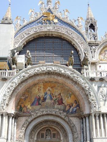 「サン・マルコ大聖堂」は、ベネチアの守護聖人・聖マルコを祀るため聖堂。最初に建てられたのは9世紀に遡り、その後、10世紀に火災により破損。11世紀に現在の姿に改築されたそうです。  ビザンティン・ロマネスク様式の建築は、まさしく豪華絢爛。黄金で飾られたモザイク壁画をはじめ、色大理石、宝石、七宝のあしらいなど、中世ヴェネツィアの栄華を今に伝える貴重な歴史的建造物とされています。