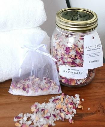 ミネラルたっぷりのバスソルトを入れて、休日の特別感を出して入浴するなんていかがでしょうか?ナチュラルな香りの物を選べば、より癒し効果を得られますよ。