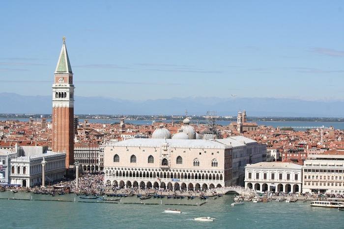 ベネチアで最も高い場所にある「サン・マルコ広場」の鐘楼。その展望台は、ヴェネチアを最も一望できるスポットです。