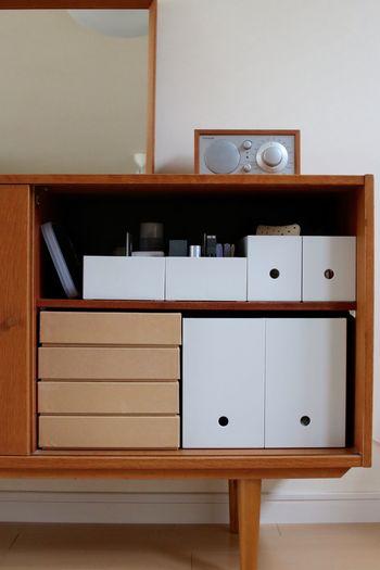 リビングのシェルフに収納。ほかの収納アイテムも無印のものにすると、扉を開けたときも統一感がありすっきりと見えます。