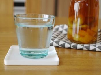 冷たいドリンクばかりでお腹が冷えてしまうと、下痢や免疫力の低下など、様々な症状が出てしまいます。そのため、冷蔵庫から出して、少し置いて適度な温度になったら飲むのがおすすめ。常温であっても氷は入れ過ぎないなど、温度に気をつけましょう。