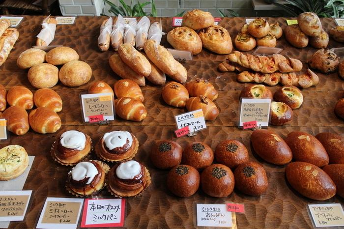 カフェ内に併設されている「ハローベーカリー」では、オーガニックの小麦粉が使用された可愛らしいパンが目白押し。ほんのり甘みがあるのが特徴で、ハード系のパンが特に人気です。購入したパンは、カフェ内で自由に食べることができますよ。