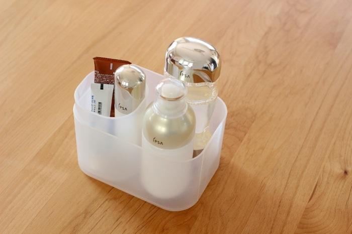 サイズ展開が豊富なダイソーの積み重ねボックス。ペンスタンドと、小・深型サイズのボックスを使って化粧品のボトルやチューブを収納。2つのボックスを組み合わせると、細長い美容液やチューブ状のものも倒れにくい。