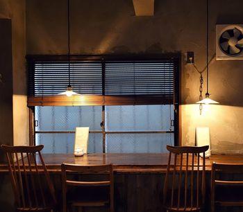 オープンは午後13時から。カフェとしてはちょっと遅めのスタートですが、深夜1時まで営業しているため、夜カフェとしても使えます◎あたたかな照明がともるカウンター席で、読書やコーヒーを楽しんだりと、自分だけの静かな時間を満喫できますよ。