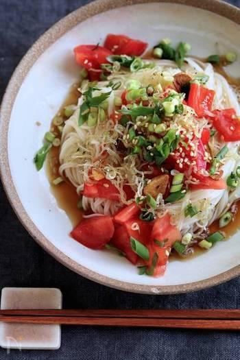 【トマトのしらすオイルがけそうめん】  マンネリしがちがそうめんレシピをトマトとしらすで色鮮やかにアレンジ!ニンニクの風味が、食欲をそそる一品です。食欲が落ちてしまいがちな夏にぴったりのレシピです。