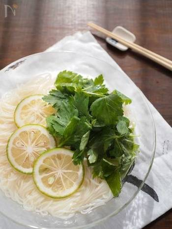 【かぼすと三つ葉のそうめん】  柑橘の爽やかさや薬味の香りを存分に味わえるアレンジレシピ。カボスには、クエン酸やビタミンCも含まれているので、強い夏の日差しを浴びるお肌にも嬉しいレシピです。