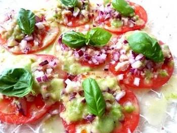 ●トマトのカルパッチョ ツナと紫タマネギを使ったカルパッチョ風のサラダ。バジリコを効かせてつくれば、食欲のない季節でも美味しくいただけるご馳走になりますよ。