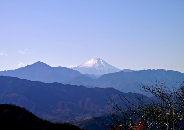 """高尾山を登りきるとあらわれる絶景です。丹沢の山並みが一望でき、気象条件が整えば富士山の姿も。12月には、夕陽が富士山の頂きに沈む""""ダイヤモンド富士""""が見られることもあります。"""