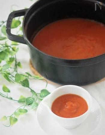 ●トマトソース 大量のトマトが手に入ったときに、ぜひ作ってほしいのがソース。水も調味料も加えずに作るので、様々なお料理に使えます。保存期間は条件によって異なりますが、冷蔵保存なら3日ぐらい、小分けにして冷凍保存した場合は1カ月ぐらいを目安にしてみて。