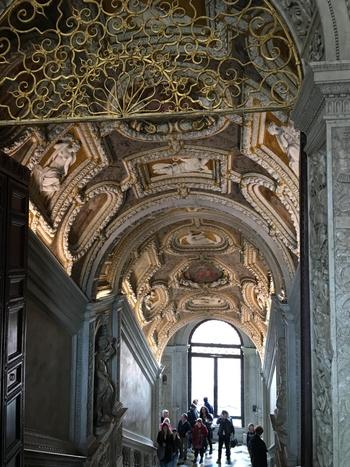 内部は写真NGとなっていますが、階段一つとっても贅沢すぎるほどの装飾が施されています(写真)。  一番のお楽しみは、宮殿内部にあるヴェネツィア派の巨匠たちの天井画、壁画。世界最大級といわれる、ティントレット作の油絵「天国」は、まさに圧巻の芸術体験を与えてくれることでしょう。