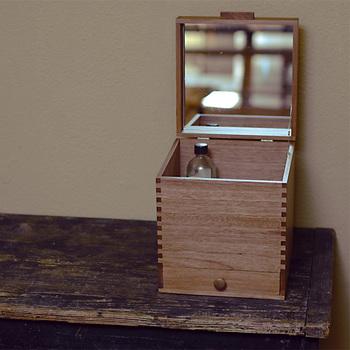 化粧ボックスとして使いやすい、蓋裏面には鏡付き。長く使っても飽きのこないデザインなので、大切に使っていただきたい小物入れです。
