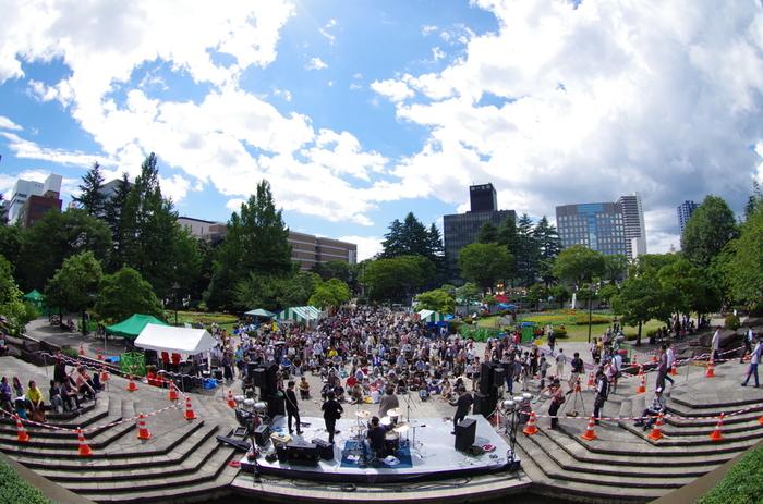 勾当台公園は、毎週と言っていいほどにたくさんのイベントが行われているため、いつ行っても楽しめる場所!なかでもJAZZ PROMENADE in SENDAI(ジャス・プロムナード・イン・センダイ)は毎年開催されており、仙台でも最大級の音楽祭です。